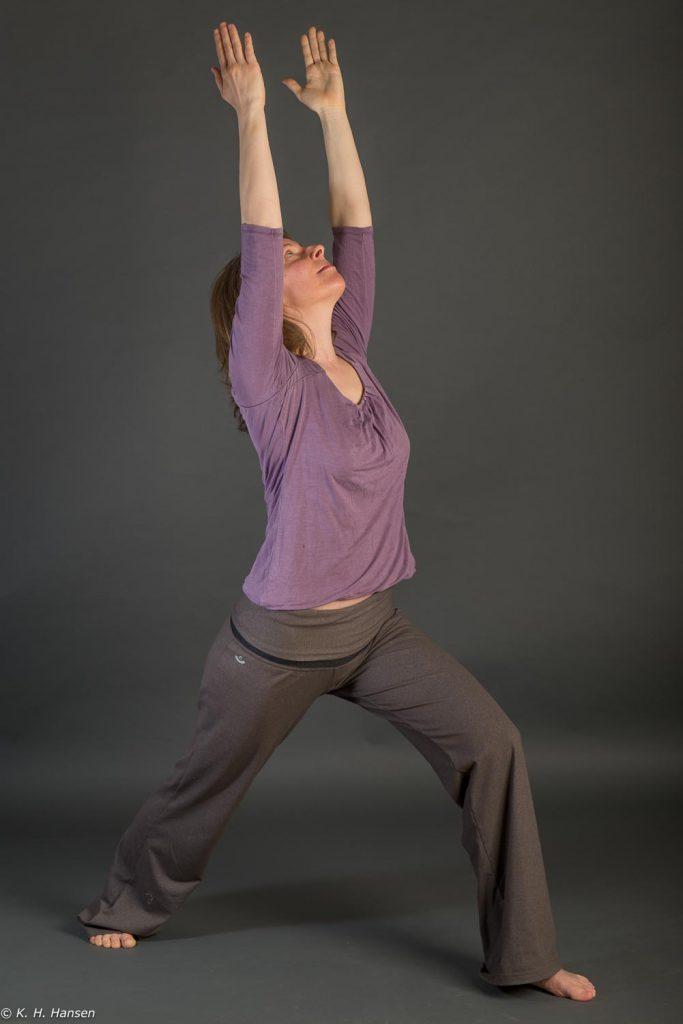 Virabhadrasana I. Yoga Unterricht in Kiel, Yoga-Lehrerin Ursula (Usha) Hoernes.