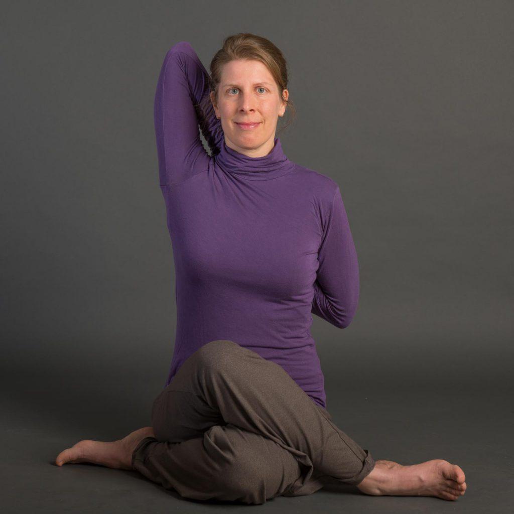 Gomukhasana. Yoga Unterricht in Kiel, Yoga-Lehrerin Ursula (Usha) Hoernes.