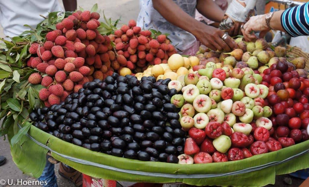 Gesund wie Yoga Präventionskurse: frisches Obst an einem Straßenstand in Indien.